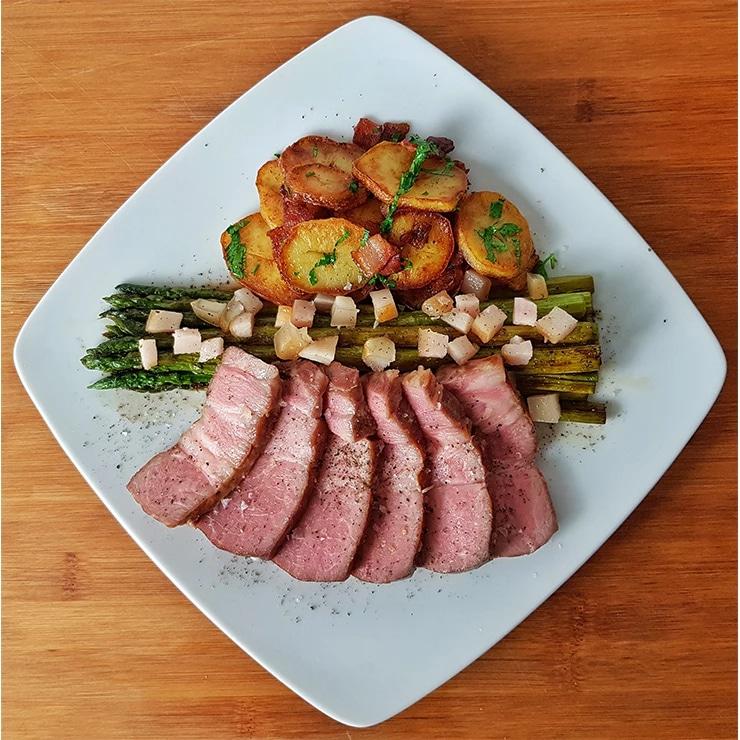 edles-fleisch-rezepte-paul-cooks-alte-wutz-vom-nacken-mit-gruenem-spargel-angerichtet