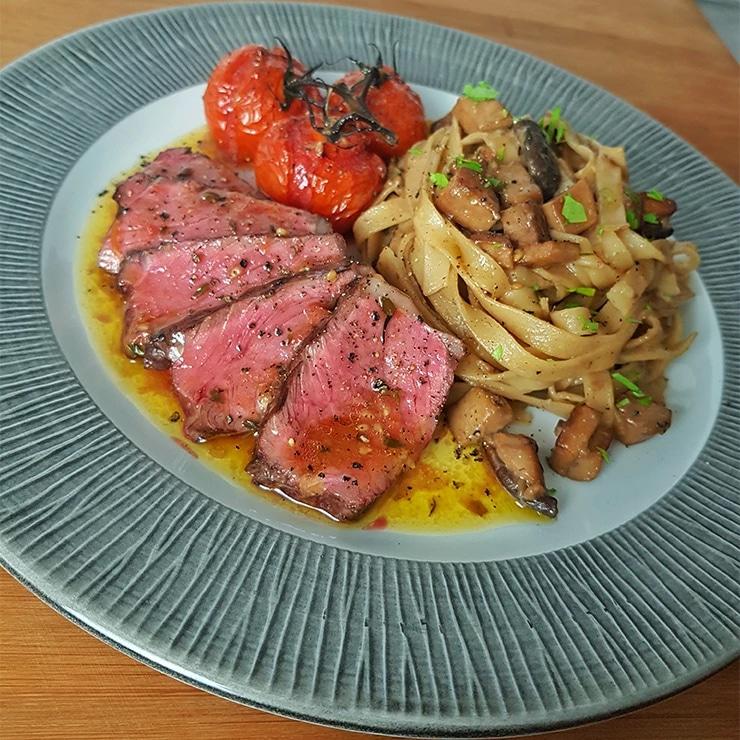 edles-fleisch-rezepte-paul-cooks-bison-roastbeef-pilz-tagliatelle-ofen-tomaten-angerichtet