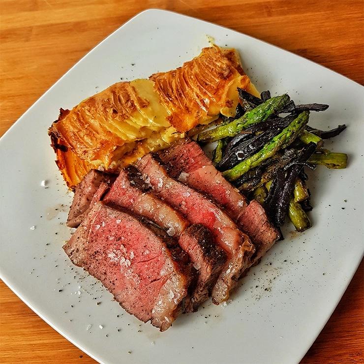 edles-fleisch-rezepte-paul-cooks-canadian-heritage-ribeye-kartoffelgratin-angerichtet