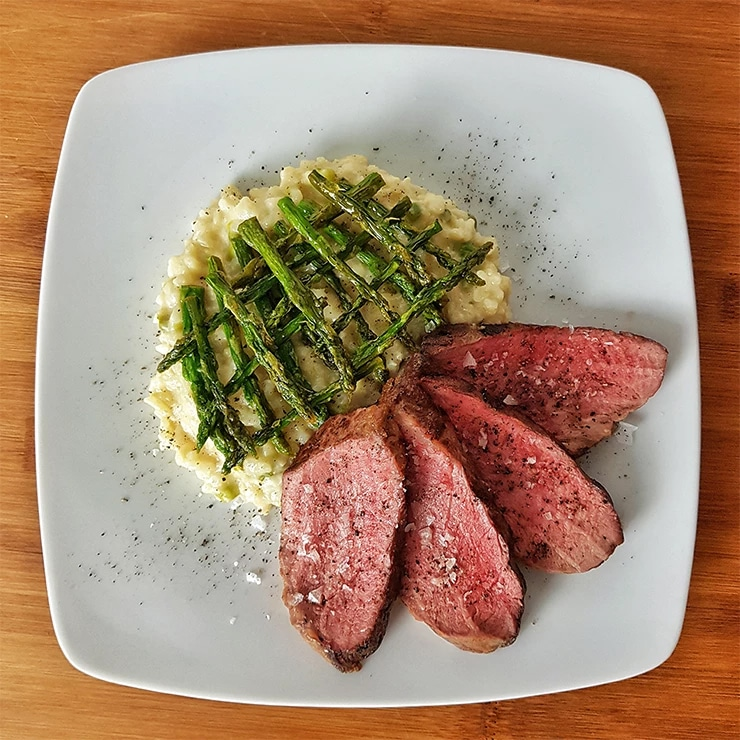 edles-fleisch-rezepte-paul-cooks-iberico-presa-mit-spargel-risotto-angerichtet