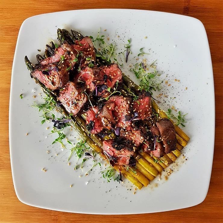 edles-fleisch-rezepte-paul-cooks-mariniertes-flapmeat-auf-gruenem-spargel-angerichtet