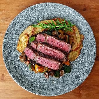edles-fleisch-rezepte-paul-cooks-ribeye-ratatouille-kartoffelchips-angerichtet