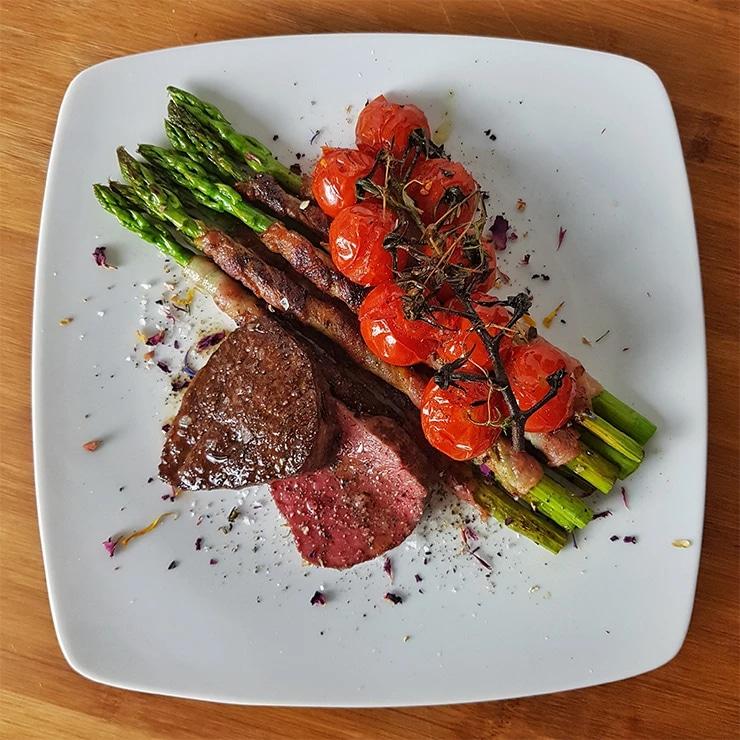 edles-fleisch-rezepte-paul-cooks-rinderfilet-mit-spargel-und-aromatisierten-tomaten-angerichtet