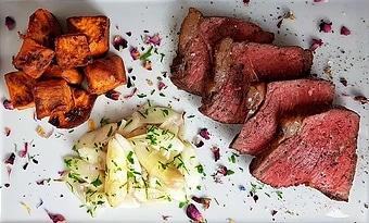 edles-fleisch-rezepte-paul-cooks-roastbeef-mit-spargelsalat-sueßkartoffel-chunks-fertigangerichtet