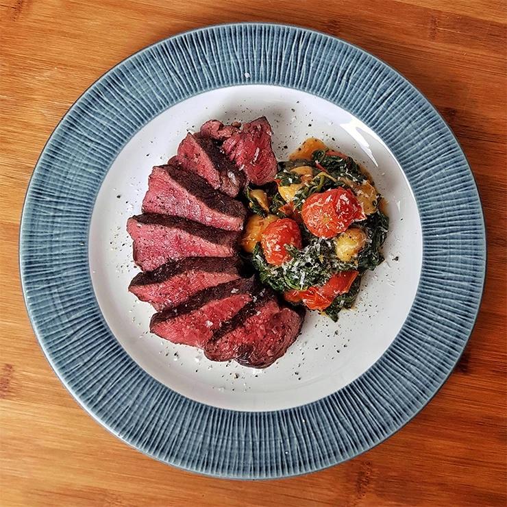 edles-fleisch-rezepte-paul-cooks-txogitxu-filet-gnocchi-blattspinat-honigtomaten-angerichtet