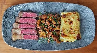 edles-fleisch-rezepte-paul-cooks-us-wagyu-roastbeef-kartoffelgratin-pfifferlinge-angerichtet