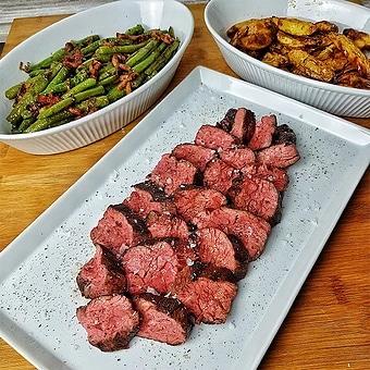 edles-fleisch-rezepte-paul-cooks-wagyu-flapmeat-speckbohnen-kartoffelspalten-angerichtet